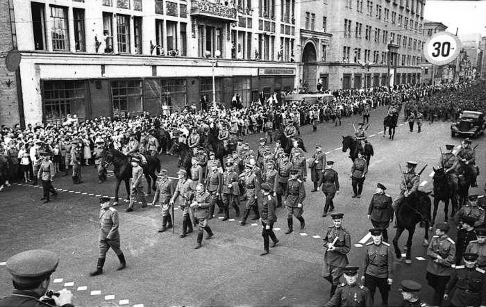 Гитлеровские генералы на улице Горького под конвоем бойцов НКВД./Фото: magspace.ru