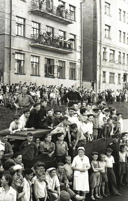 «Вот вы и попали в Москву!» – неслось из толпы граждан, заполнивших тротуары, чтобы своими глазами увидеть гитлеровских вояк, мечтавших войти в советскую столицу победителями./Фото: mtdata.ru