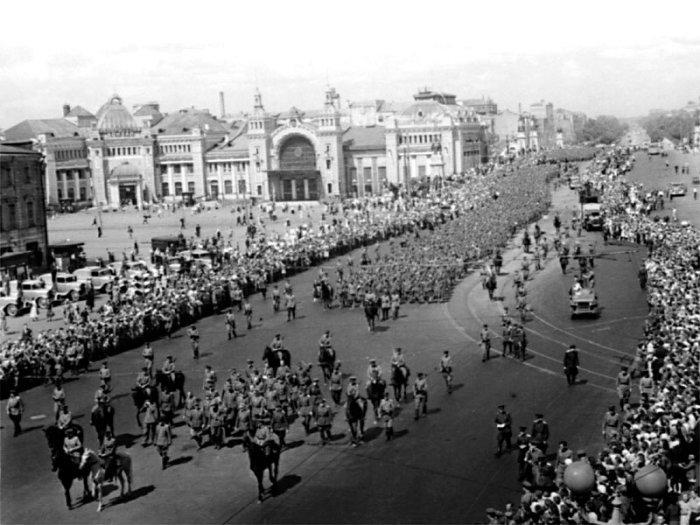 «Парад» закончился к семи часам вечера, когда все пленные разместились по вагонам и были отправлены в места заключения./Фото: img-fotki.yandex.ru