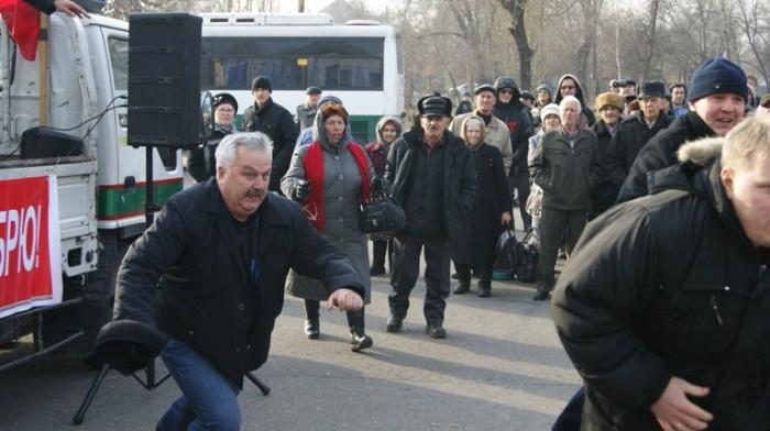 Сергей Кованов (слева) пытался поймать хулигана, кинувшего в него тухлую рыбу./Фото: 1line.info