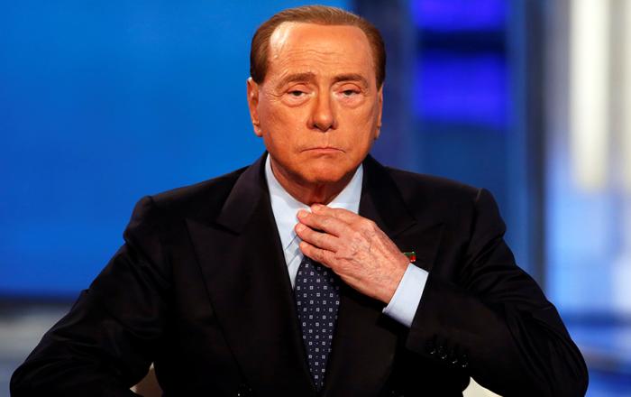 Статуэтка, попавшая в Берлускони, нанесла ему серьезные травмы./Фото:content.choiz.me