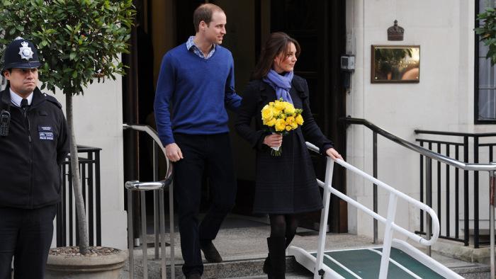 Кейт Миддлтон и принц Уильям выходят из здания больницы./Фото: img.viva.ua
