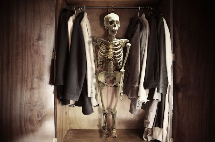Спрятавшись в шкафу, девушка подписала свой смертный приговор./Фото: u.livelib.ru