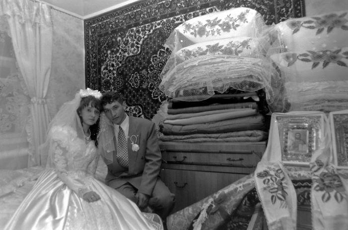 Молодые на фоне приданого. Фото времен СССР.