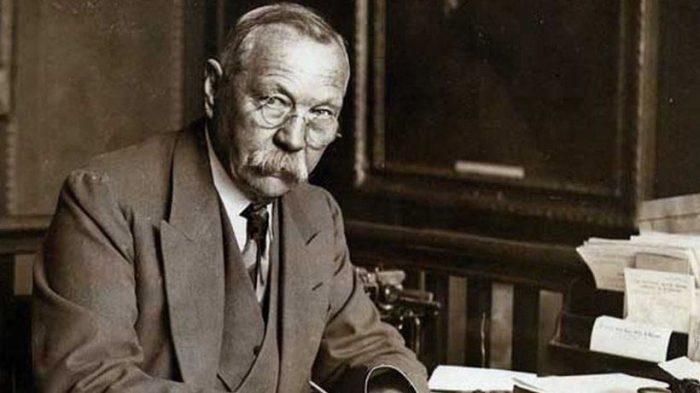 Многие считают, что прототипом доктор Ватсона был сэр Конан Дойл./Фото: aeslib.ru