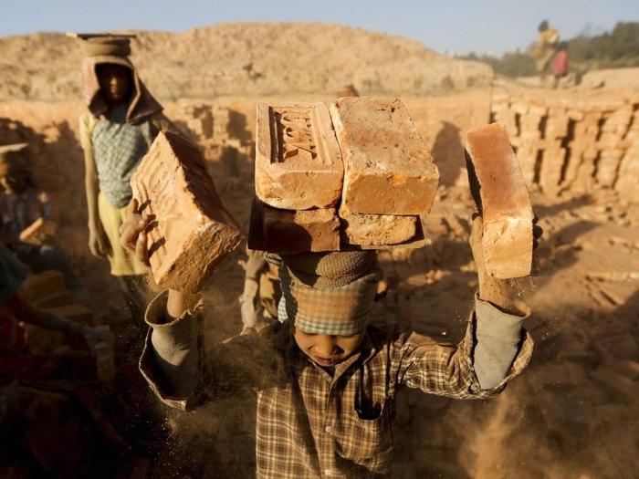 Детей принуждают к работе на производстве и обжиге кирпича./Фото: cdn.fishki.net