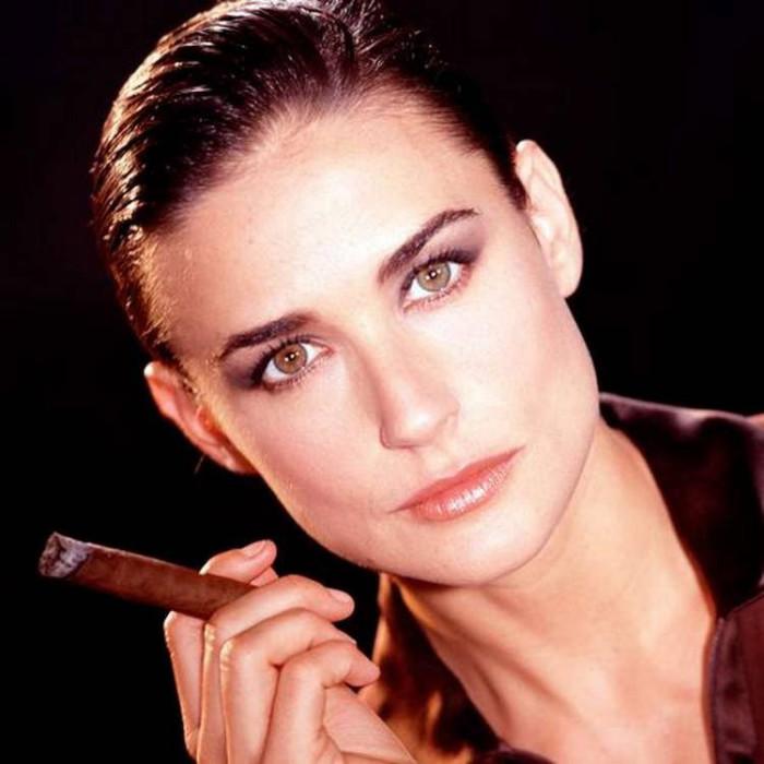 Для Деми Мур курение - лучший способ расслабиться./Фото: suburbanmen.com