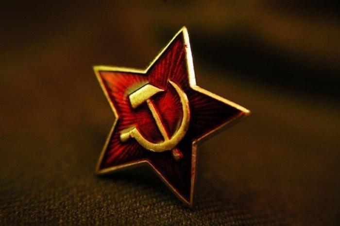 Эмблема олицетворяла собой единство мирового пролетариата, а красный цвет обозначал революцию и очищение кровью./Фото: zarya.lv