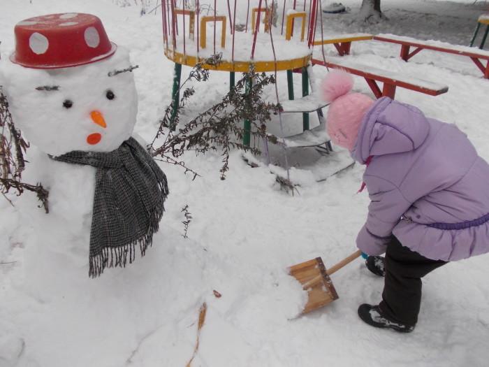 Годы идут, а снеговик не стареет. Лишь меняется мода./Фото: detsadprosek.ucoz.ru