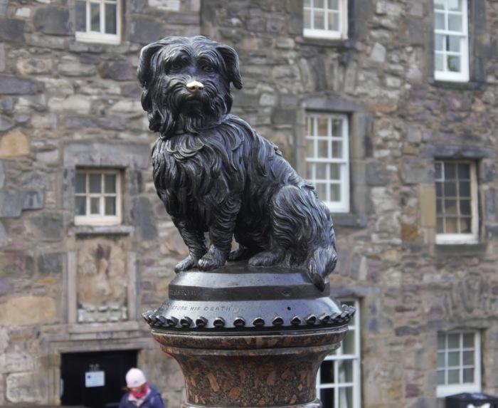 Беспримерная любовь и преданность – собачьи добродетели. В XIX веке в Эдинбурге эти качества выглядели вот так. Фото: памятник Грейфрайерс Бобби