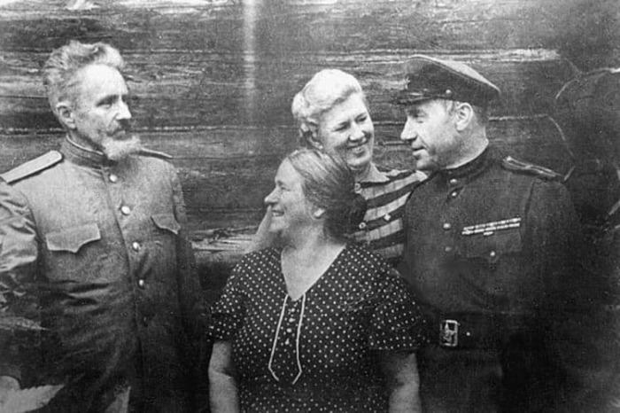 45-летний полковник Старинов после окончания ВОВ (справа)./Фото: lh3.googleusercontent.com