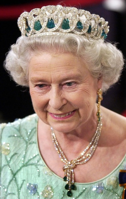 Царственная диадема дома Романовых украшает голову английской королевы./Фото: 3.bp.blogspot.com
