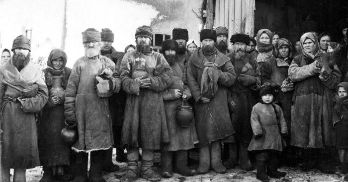 У работодателей не было недостатка в рабочих, выстраивавшихся в очередь у фабрик и заводов./Фото: smart-lab.ru