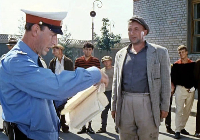 Кадр из известного советского фильма - тунеядцы на исправительных работах./Фото: cdn.fishki.net