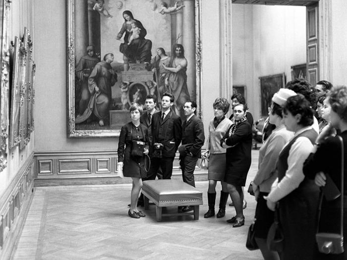 Группа советских туристов в одном из залов Дрезденской картинной галереи./Фото: cdn.tvc.ru