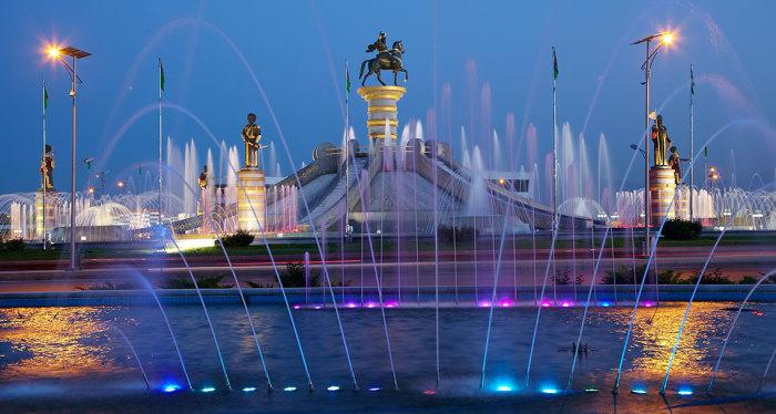 На фонтанах в Ашхабаде не экономят, перебои с водой касаются только населения./Фото: polimeks.com