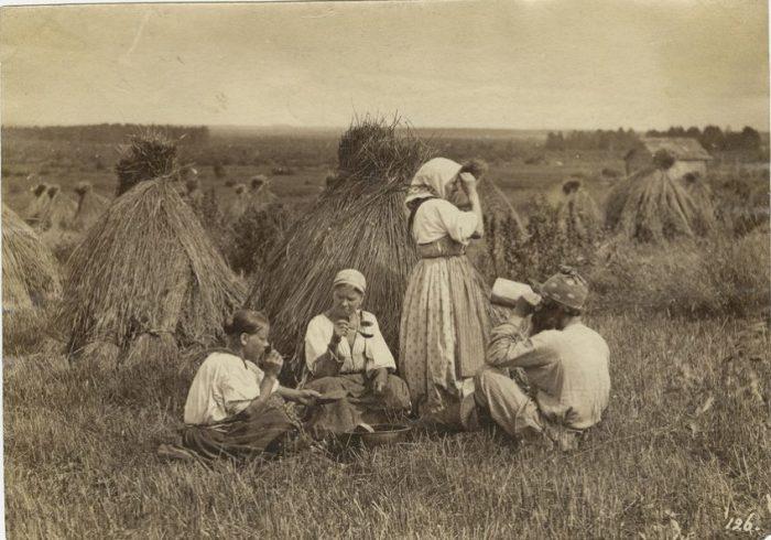 Фото конца XIX века. Крестьянским девушкам было не до маникюра.