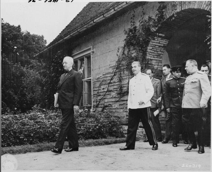 Н. С. Власик (крайний справа) сопровождает И. В. Сталина на Потсдамской конференции, 1 августа 1945 года./Фото: upload.wikimedia.org
