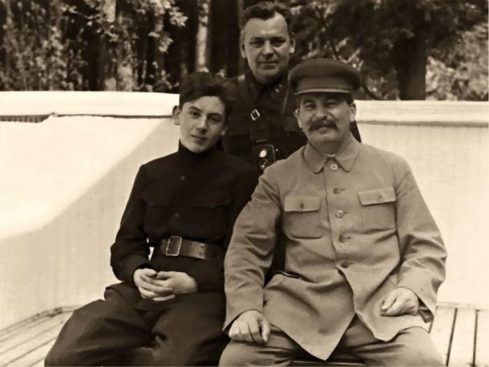 Н. С. Власик с И. В. Сталиным и его сыном Василием, 1935 год./Фото: avatars.mds.yandex.net