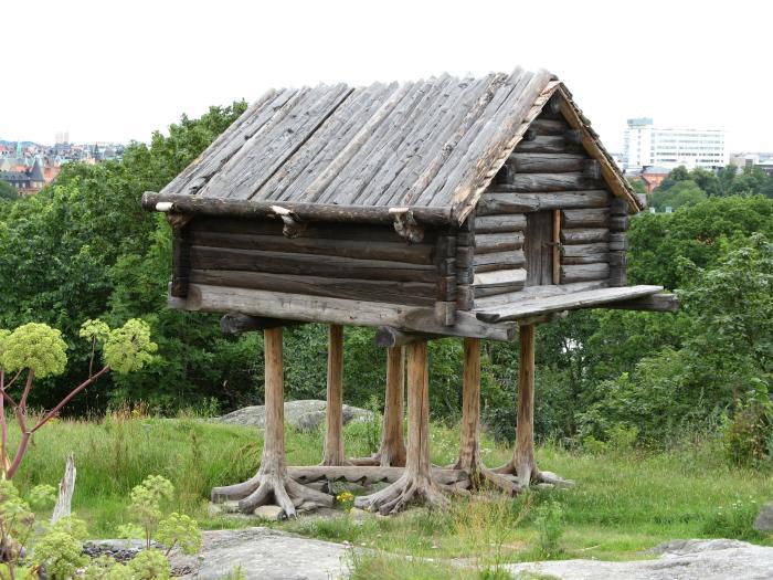 Избушка Бабы-Яги в современном исполнении. Модель амбара на территории парка Скансен в Стокгольме.