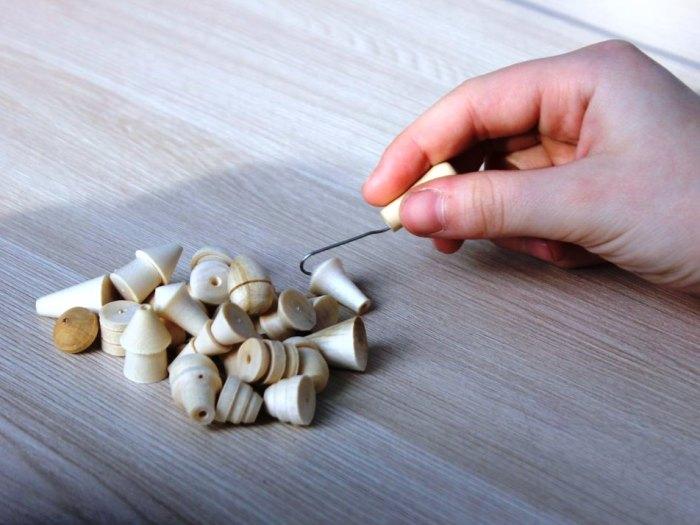 Бирюльки делали сначала из соломинок, а потом стали вырезать фигурки из дерева./Фото: gubernator74.ru