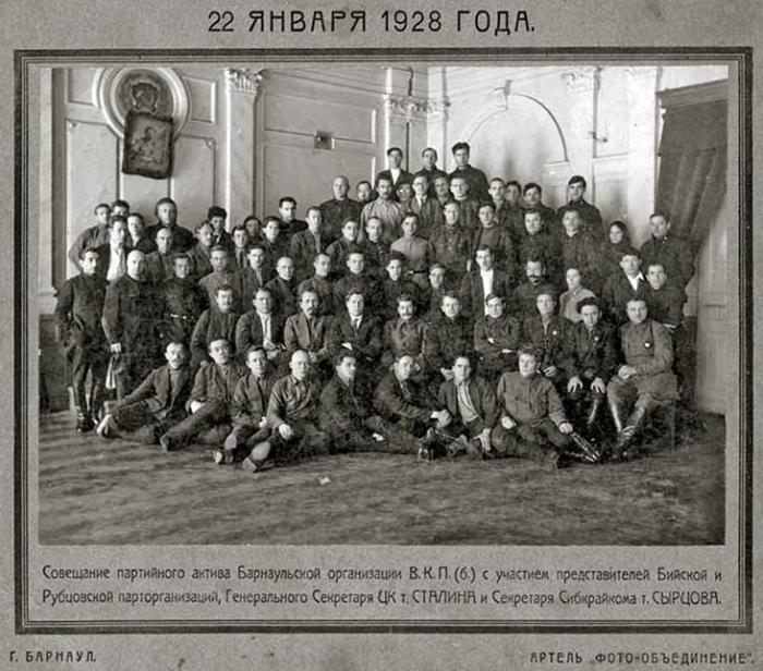 Совещание партийного руководства Барнаульской организации ВКП(б) в январе 1928 года. Во втором ряду по центру – Сталин.