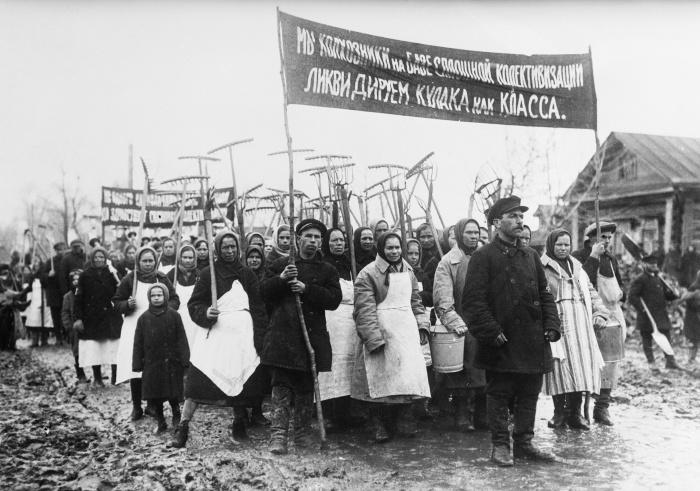 Работники колхоза с антикулацким плакатом. Фото 1931 года.
