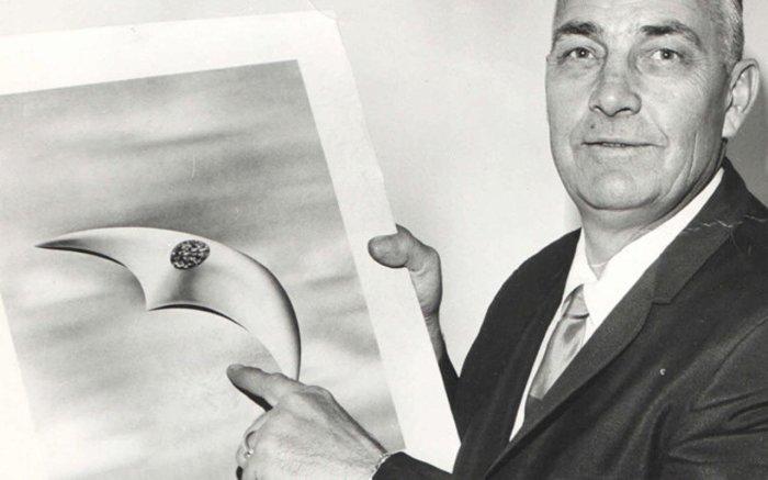 Кеннет Арнольд показывает зарисовку наблюдаемых им НЛО