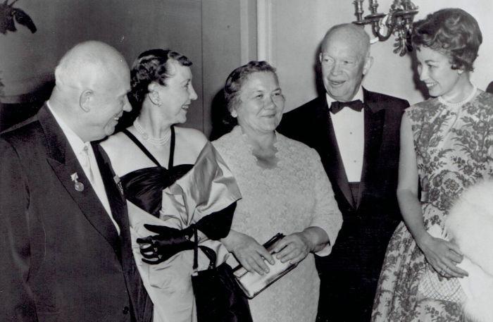 Хрущёв – крайний слева, Нина Хрущёва – посередине, Эйзенхауэр – второй справа