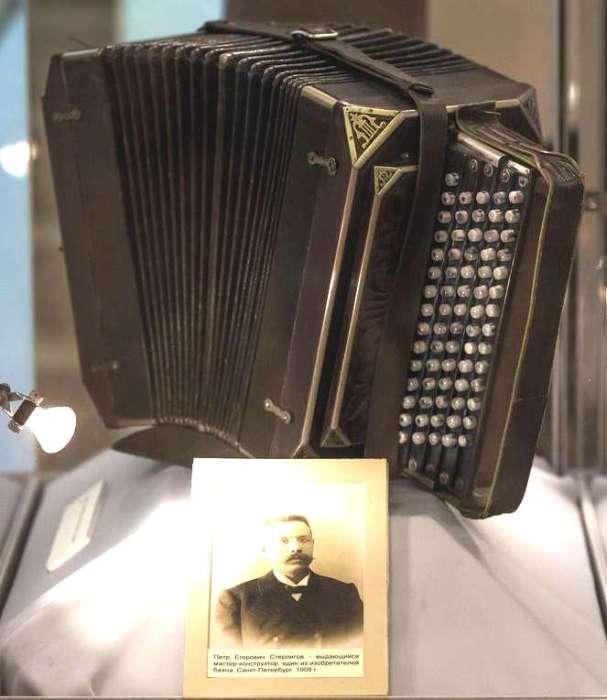 Современный тип баяна и фотография его создателя Петра Стерлигова
