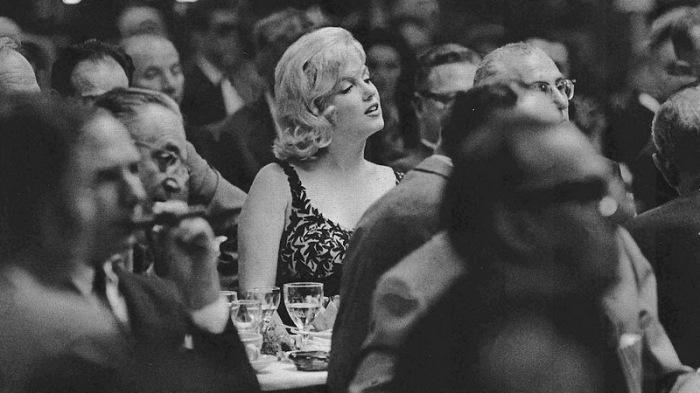 Мэрилин Монро с интересом слушает выступление Хрущёва