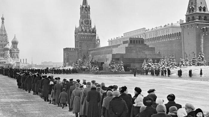 В СССР к мавзолею могли выстраиваться гигантские очереди. Фото 1960 года