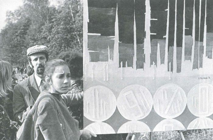 Картина участницы «бульдозерной выставки» Лидии Мастерковой на официально разрешённом показе в Измайловском парке. Фото Владимира Сычёва
