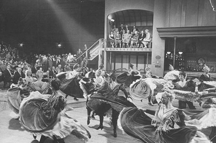 Съёмки мюзикла «Канкан». На заднем фоне можно разглядеть наблюдающих за съёмочным процессом гостей