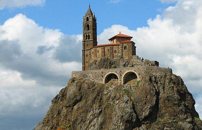 Необычная церковь «Сен-Мишель д'Эгиль».