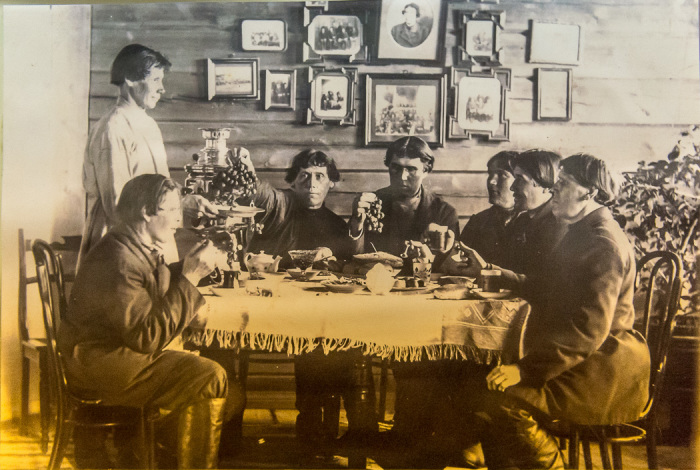 Молитвенные собрания у участников общины начинались с чаепития.