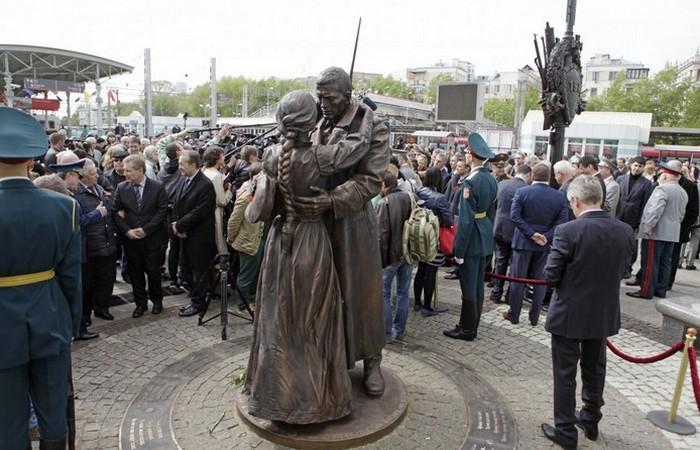 Памятник «Прощание славянки» на Белорусском вокзале./ Фото: nws.su