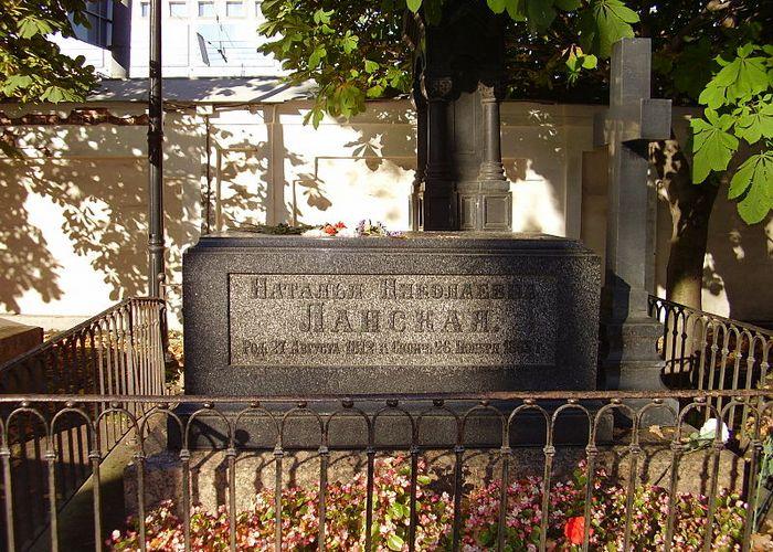 Могила Н. Н. Ланской-Пушкиной./ Фото: viola.bz