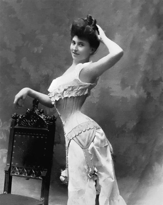 Красавицы конца викторианской эпохи не только туго затягивались, но и специальным корсетом весь день удерживали позвоночник в опасном для него изгибе.