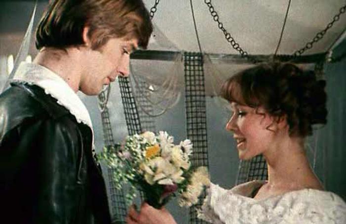 Жажда свободы или страх близости. Почему женщины выбирают невзаимную любовь. Кадр из фильма «Обыкновенное чудо».