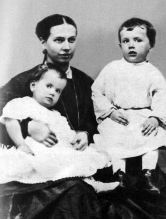 Софья Андреевна со старшими детьми.