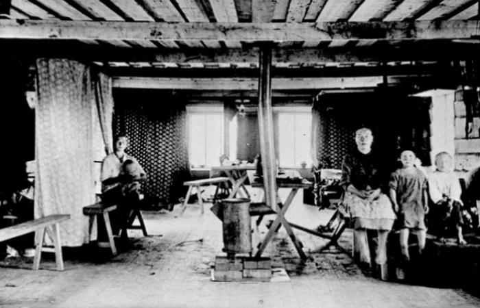 В зависимости от квалификации и завода, рабочий мог оказаться в отдельной семейной комнате... Или в комнате с двумя другими семьями.