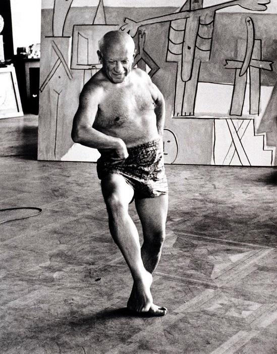 Пикассо на фоне своей работы.