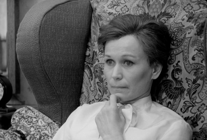 Актриса Майя Булгакова изумительно сыграла человека с ПТСР после войны.Она много раз видела таких людей в жизни. Кадр из фильма.