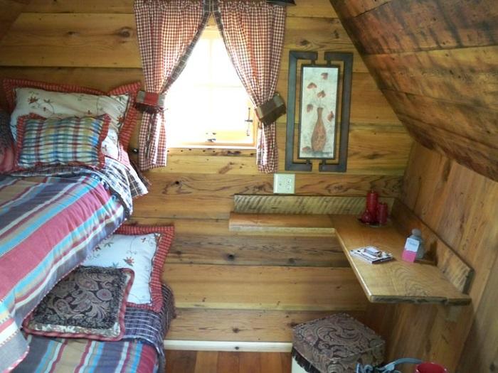 Варианты интерьеров: две кровати и стол для ноутбука.