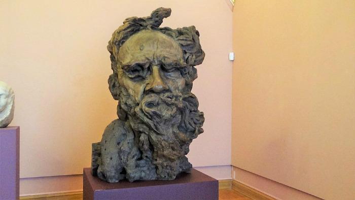 Степан Эрьзя, знаменитый в своё время скульптор, мог бы стать аргентинской знаменитостью, но уехал на родину. Портрет Льва Толстого, созданный им во время жизни в Аргентине.