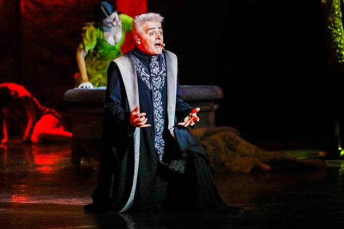 За двадцать лет создатели мюзикла как минимум дважды немного меняли концепцию, и в последней версии костюм Фролло украшен вычурным узором.