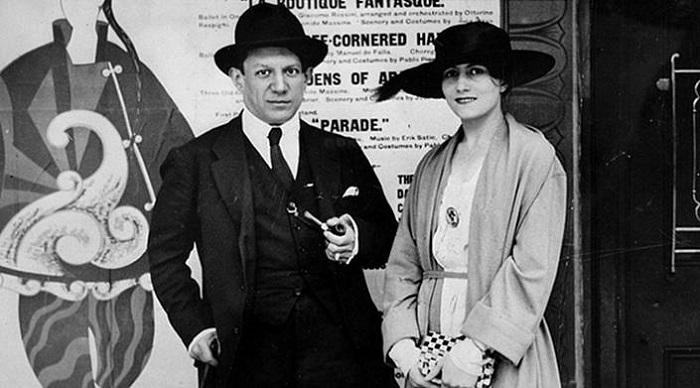 Пикассо с первой женой.