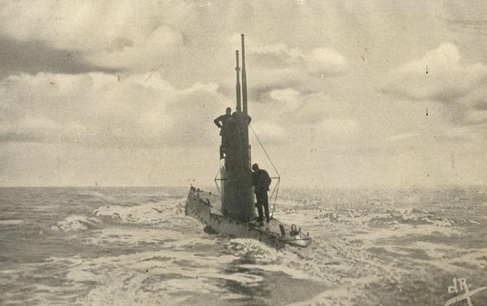 Башня плывущей подводной лодки.
