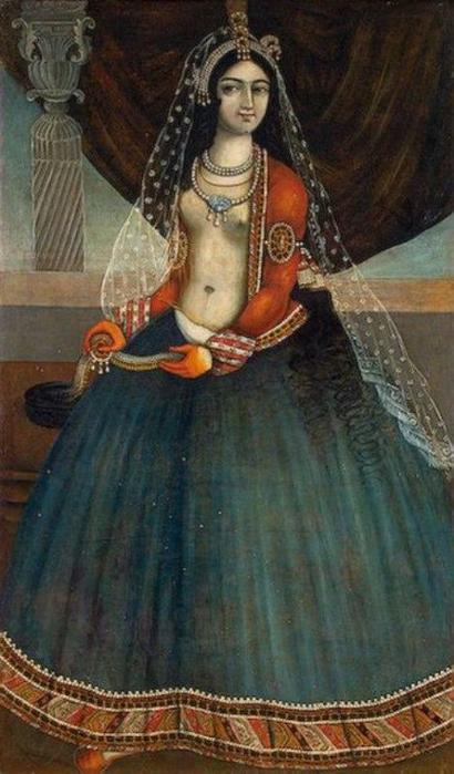 Женщина в прозрачной короткой блузке.